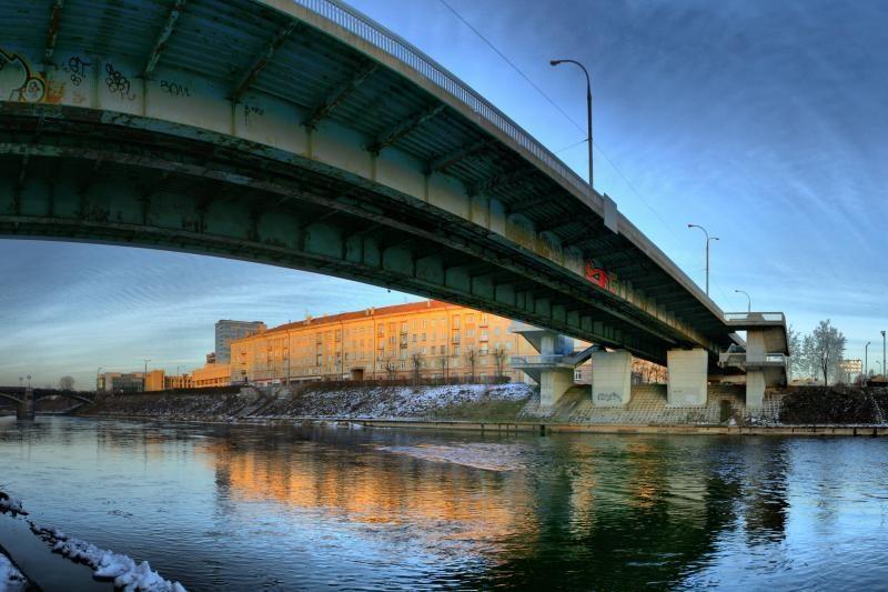 Vilniuje nuo    tilto      nušoko     vyras