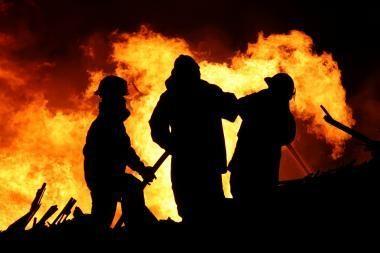 Ugniagesiai  išgelbėjo tris žmones