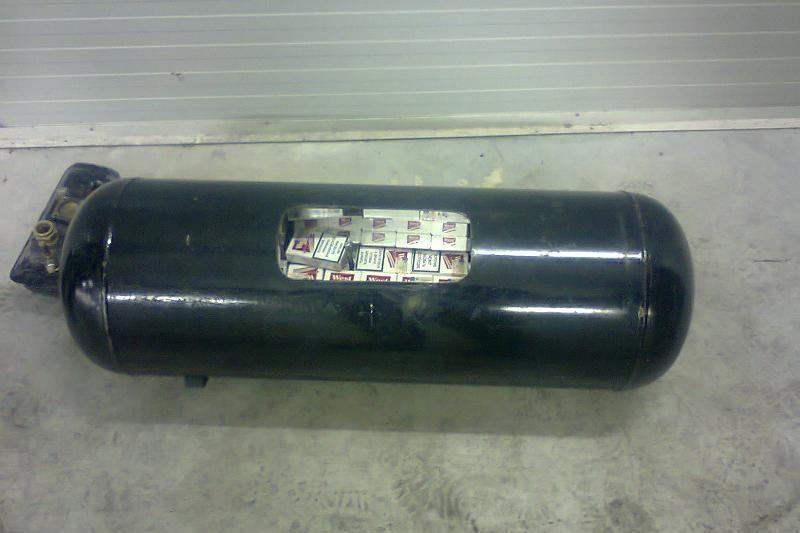 Kontrabandines cigaretes slėpė automobilio dujų balione