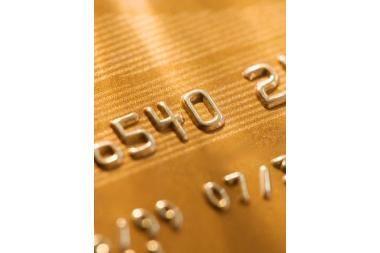 Prabangos ženklas – deimantu puošta banko kortelė
