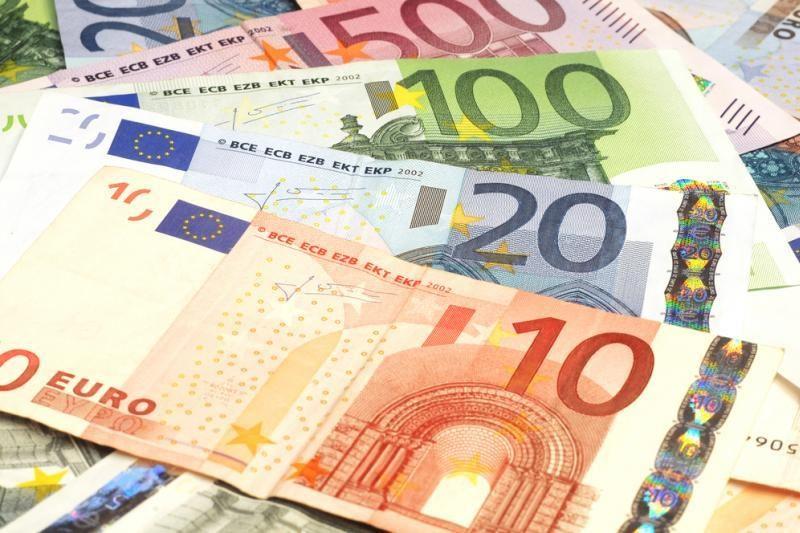 Muitinės kinologai Vilniuje aptiko nedeklaruotus 34 tūkst. eurų