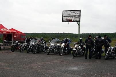 Motociklininkų iš prospekto dar neveja