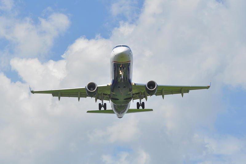 Lėktuve siautėjusiai moteriai teismas skyrė baudą už keleivio sumušimą