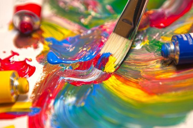 Dailininkas, tapantis virpančiomis spalvomis