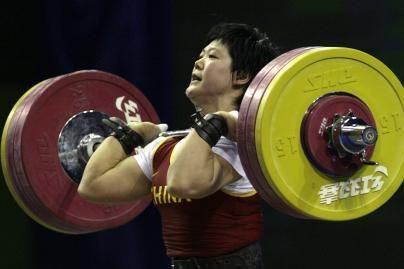 Kinijos sunkiaatletė pagerino du rekordus