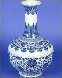 Maža skylė perpus sumažino vazos vertę