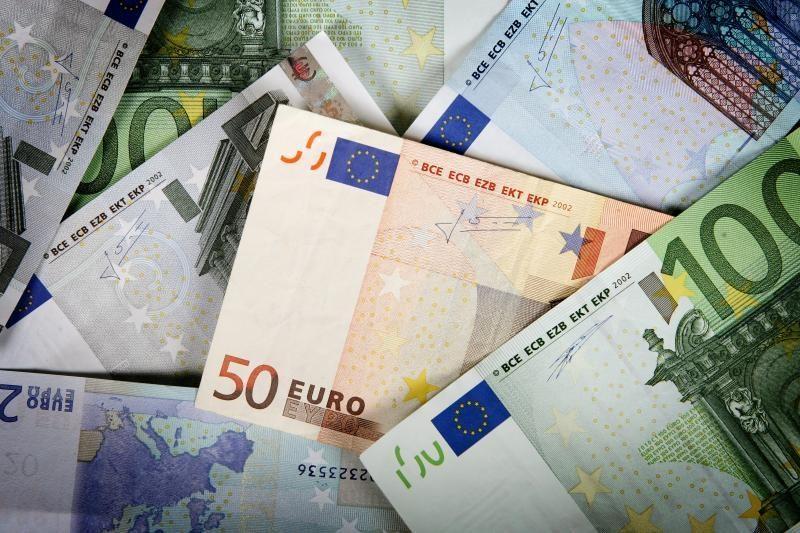 Investuotojai vėl kelia eurą
