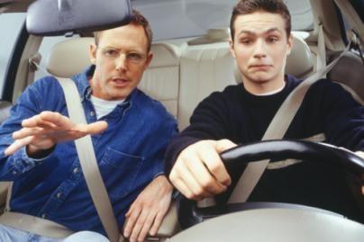 Besimokantiems vairuoti galės padėti šeimos nariai