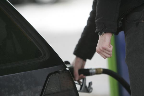 Negavus Briuselio leidimo naudoti pigesnį benziną, Lietuvoje vasarą augtų kuro kaina