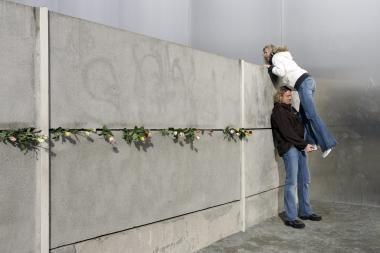 Tyrimas: vokiečiams Berlyno siena tebestovi