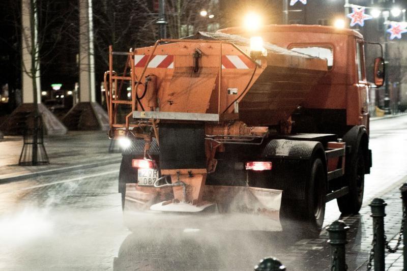 Naktį eismo sąlygas sunkins plikledis, įspėja kelininkai