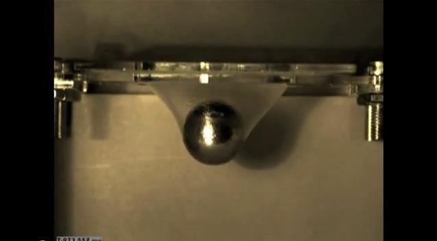Perregima plėvelė atlaikė krentantį metalinį rutulį