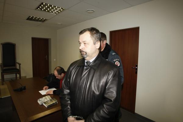 Teismas antstolį A.Zenkevičių nušalino nuo pareigų