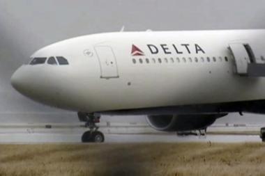 Į JAV skrendančio lėktuvo keleivis uždegė salone pirotechnikos užtaisą