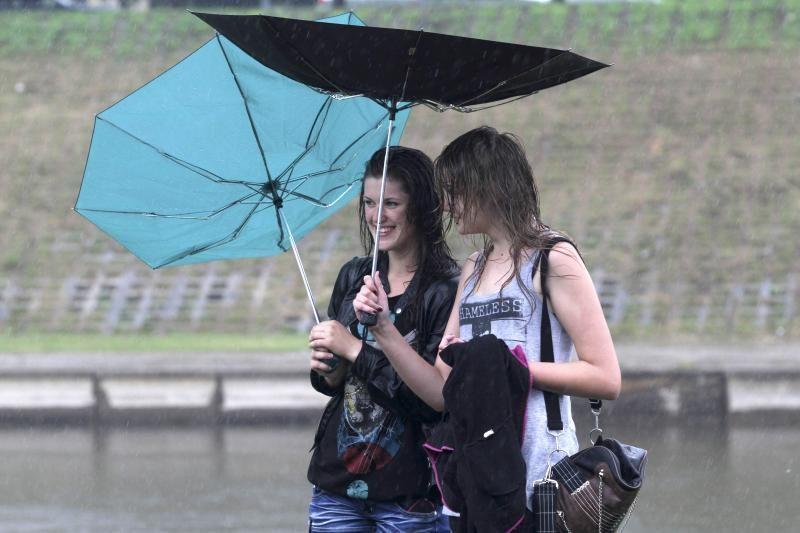Pavasarinių orų išdaigos: vėjai, lietūs, tarša ir peršalimo rizika