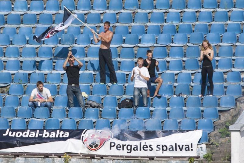 """Tautinis futbolas – su """"strielkių"""" aukomis ir kurmių atakomis"""