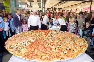 Rekordinio dydžio pica vaišinosi 500 moksleivių
