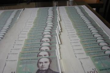 12 lietuvių uždirba po 100 tūkst. litų algos