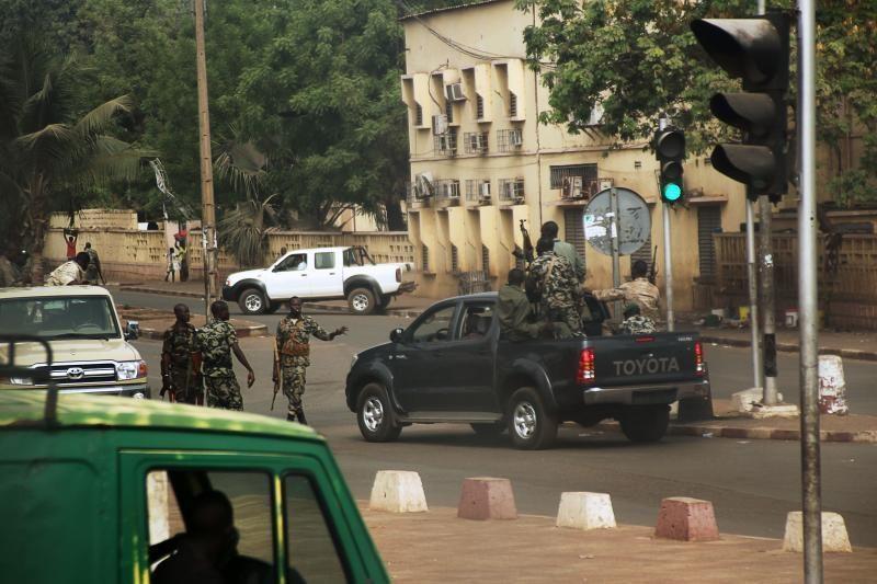 Malio kariškiai skelbia perėmę valdžią