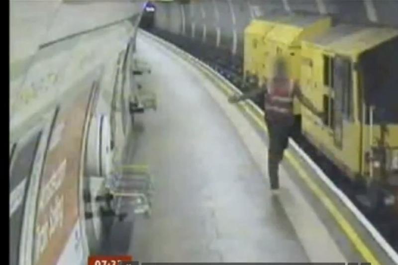 Siužete - siaubą sukėlęs nevaldomas traukinys