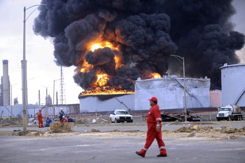 Venesueloje po sprogimo tebeliepsnoja didelė naftos perdirbimo įmonė