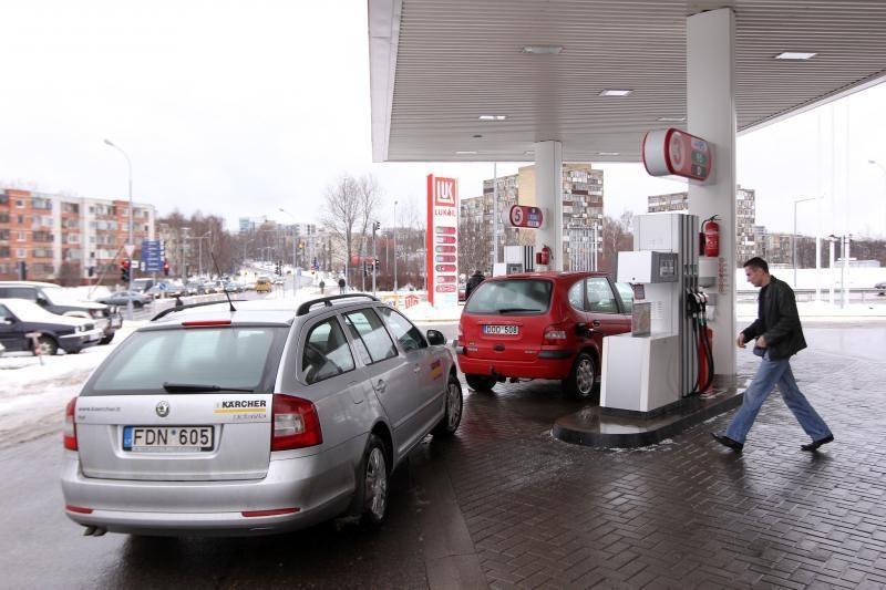 Litras benzino kainuoja jau beveik penkis litus