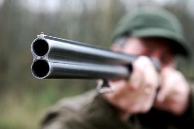 Medžiotojai pamiškėje sulaikė brakonierių