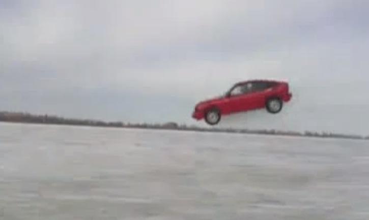 """Linksmybės Rusnėje: """"pasiskraidymai"""" automobiliu ant ledo"""
