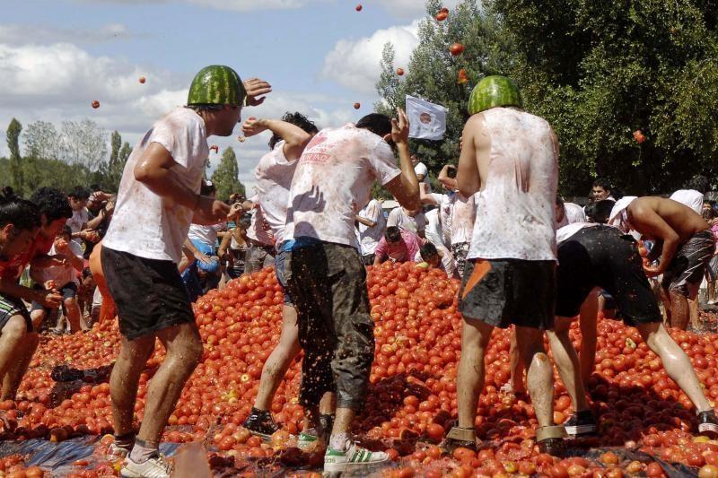 """Čilietiškame """"pomidorų kare"""" išsvaidyta 44 tonos pomidorų"""