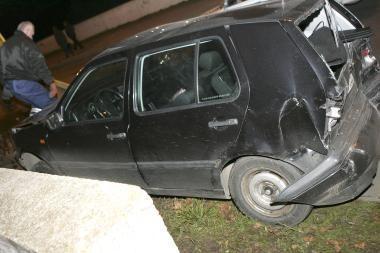 Sunkvežimis lengvąjį automobilį prispaudė prie sienos (papildyta)