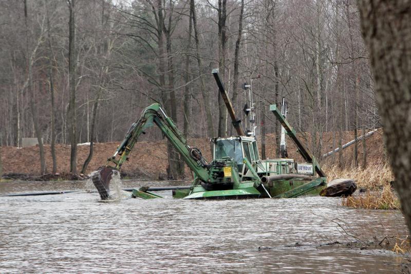 Iš Mumlaukio ežero pradėta siurbti dumblą