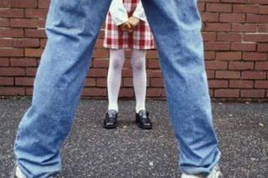 Olandijoje dirbantis lenkas pedofilas tėvynėje ieškodavo mažų mergaičių