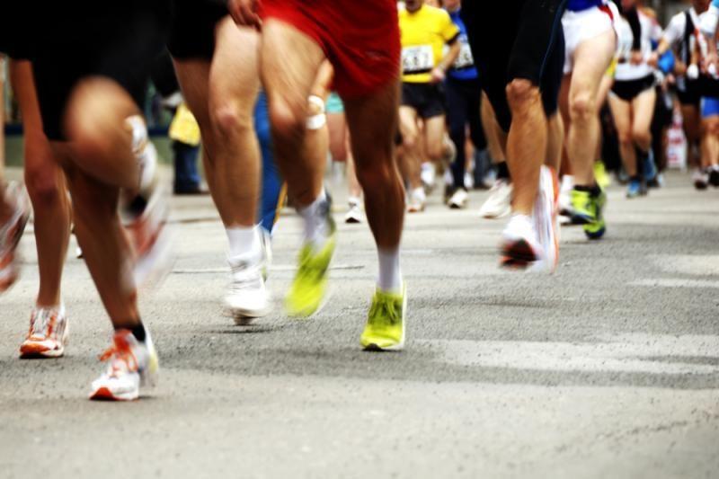 Maratono metu sustojo pasipiršti merginai