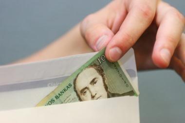 Baldų gamybos įmonėje beveik 26 tūkst. litų sumokėta vokeliuose