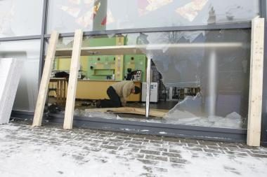 Automobilis įvažiavo į kavinę