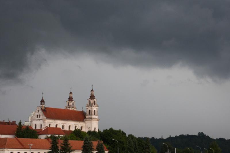 Karščius Lietuvoje keis lietingi orai, gali kilti škvalas