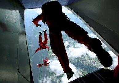 Akla 70-metė nepabūgo šuolio su parašiutu