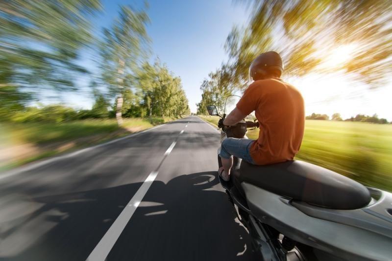 Molėtų rajone atsitrenkęs į stulpą žuvo mopedo vairuotojas