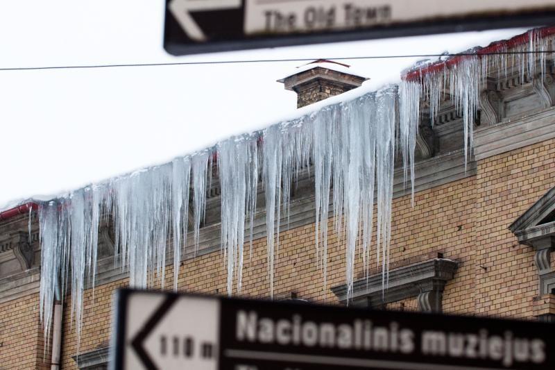 Už sniegą ant galvos – bauda stogo savininkui