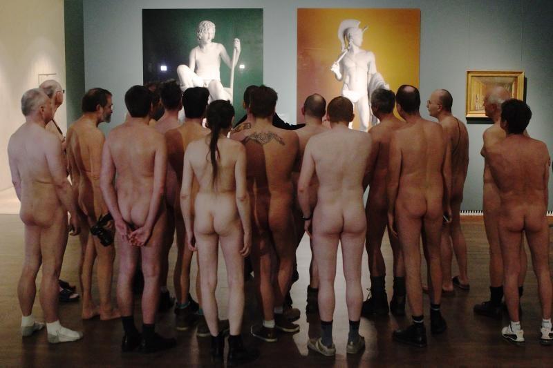 """Austrijoje grupė nuogalių atėjo pasižiūrėti parodos """"Apnuoginti vyrai"""""""