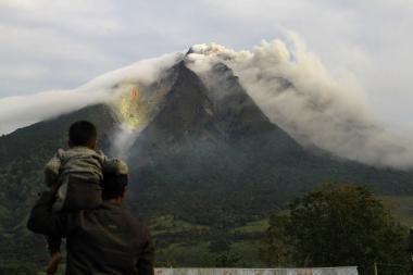 Indonezijoje pabudo keturis šimtmečius miegojęs ugnikalnis