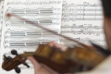 Senosios muzikos garsai krentančių lapų ritmu