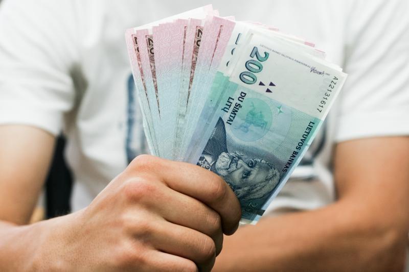 Tyrimas: netikėtai gautus pinigus gyventojai pirmiausia investuotų
