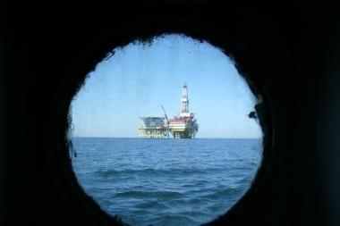 """Baltijos jūra ties """"D-6"""" blizga nuo naftos dėmių"""