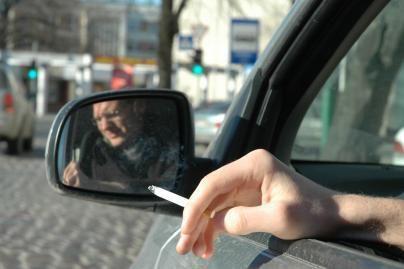 Siūloma uždrausti rūkyti automobilių salonuose