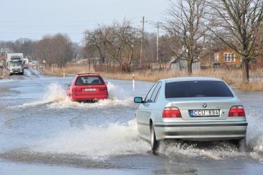 Potvynio vanduo vėl ėmė semti kelią Šilutė-Rusnė