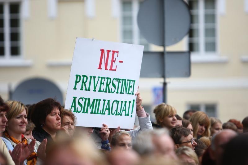 Prieš Švietimo įstatymą sukilę lenkai skelbia tęsiantys protestus