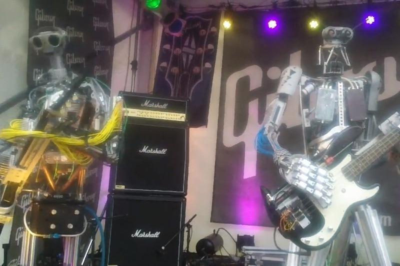 Metalą grojantys robotai sudrebino Frankfurto muzikos mugę
