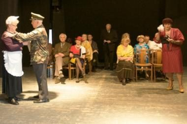 Garbaus amžiaus senjorai spektaklyje prabils angliškai