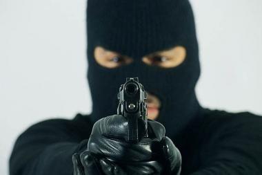 Sostinėje revolveriais ir beisbolo lazda ginkluoti jaunuoliai pagrobė automobilį